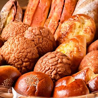 毎朝パン職人が心を込めて焼きあげるパンをどうぞ!