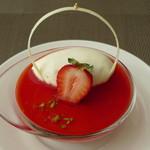 カフェユアーズ - 苺のムース(少しズーム、2012年4月)