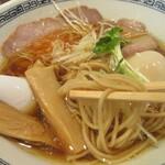 中華そば ます田 - 麺を手繰る