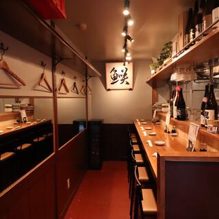 小料理屋のような雰囲気漂うカウンターやテーブルで小粋に飲む