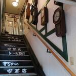 昔ながらの喫茶店 友路有  - 階段の横には振り子時計がいっぱい。