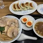 横浜とんとん - 餃子+チャーシュー丼+煮卵。