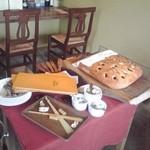 12860606 - ここのパンを優雅にカットして、やさしいお兄様がサーヴしてくれます。