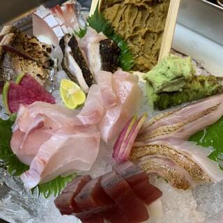 旬の魚の刺身やなかなか出会えないレアな魚の刺身などイチオシ!