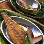 とろさば料理専門店 SABAR - お通しの鯖寿司と鯖の骨せんべい