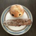関次商店 パンの蔵 風土 - 料理写真:レーズンパン(上)、クランベリーナッツバー(下)