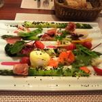 ビストロ ダイア - アスパラ用に買ってあった皿に美しく盛られた富良野のグリーンアスパラ
