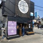 128633544 - お店の外観 辻堂の人気ラーメン店                                              黒胡麻坦々麺や鳥そばが人気のようだ!                                              看板にも鶏らしきアレンジが…