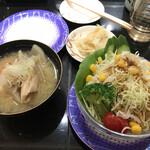 産直グルメ回転寿司 函太郎Tokyo - 白身魚のあら汁、野菜サラダ、各200円。どちらも料がたっぷりで、コスパ良い品です(╹◡╹)