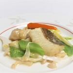 鎌倉山下飯店 - その日にとれた鮮魚と春野菜の塩味炒め