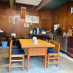 ラーメン河 - 店内は広々とした空間に、大きなテーブルが3つ。