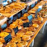 ルオント - 店内は様々なパンが並んでいます。