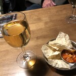 SWAAD - ワインと付きだしのパパドウ