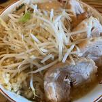 ラーメン 神豚 - 小ぶた【味玉入り】(1,080円)。トッピングはニンニク。