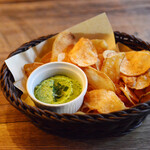 SMOKEHOUSE - グリーンピースとミントのディップ、ポテトチップス