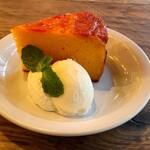 SMOKEHOUSE - トマトジャムアップサイドダウンケーキ、ホイップクリーム、ミルクアイスクリーム