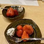 うなぎ割烹 白金台 まつ本 - デザートの苺 色々な品種をたのしめました