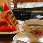 12870167 - 春のスペシャルいちごワッフル、紅茶