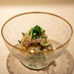 新ばし 星野 - 愛媛県天然の虎河豚の身と皮の湯引きと白菜 カワハギの肝で和えて