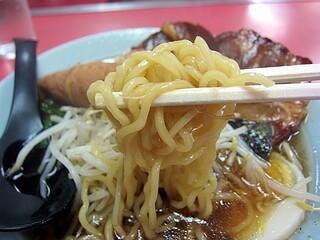中華 ひるね - チャーシューメン、麺自体は特徴のない縮れ麺