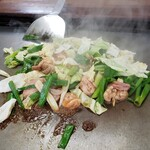 ホルモン焼きうどん 一力 - 料理写真:先ずは、ホルモンと野菜を