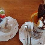 グリーングラス - 和風パフェには抹茶のシフォンケーキと白玉団子と小豆餡が乗ってます  チョコレートパフェはガトーショコラがどーんと一切れ乗ってます