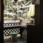 森の中のお肉レストラン アースガーデン - テラス席から満開の桜が見えて素敵!!!