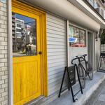 バンブルビー - バンブルビー 手前の黄色のドア