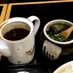 とんかつ 梅亭 - 料理写真:とんかつソース、きゅうりの漬物