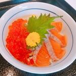 ウル松島 - サーモンイクラ丼