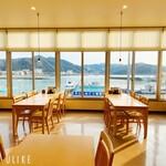 レストラン 海幸苑 - 店内窓際手前からの風景です。穏やかな日本海と真冬の荒れ狂う日本海が一望できます。