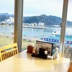 レストラン 海幸苑 - 店内1番人気の窓際着席風景です。