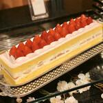 ソマーハウス - 桜のショートケーキ@やや塩気ある桜クリームとしっとりとしたカステラのような甘めジェノワーズ、爽やかな大粒いちご