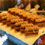 ソマーハウス - シルクショコラ@ダコワーズ、シュクレを砕いたパート、チョコレートムース、チョコレートクリーム。ビターで滑らかなムース
