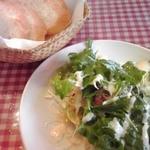 イタチャイナ - サラダとパン