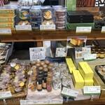 道の駅「みま」コスモス館 - いろんなお菓子が並んでますねぇ〜(O_O)