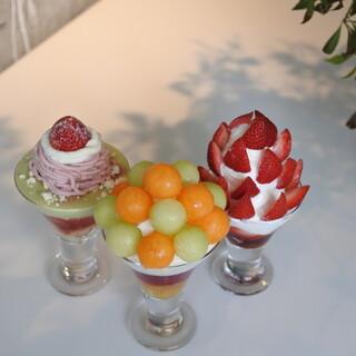 旬の果実を使った季節限定のパフェ。