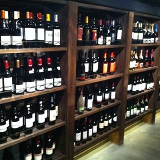暖簾をくぐり店に入ると、棚には一面ワイン