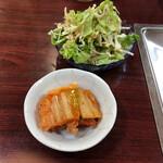 焼肉炉満 - ミニサラダとキムチ