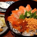 かねしげ - 鮭の親子丼(850円)