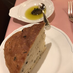 リストランテ・サバティーニ - ランチコース5品3900円(総額)。フォッカチャとオリーブオイルとペースト。ペーストがとても美味しかったです(╹◡╹)