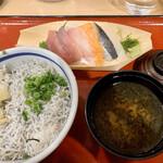築地食堂源ちゃん - しらす干し丼&刺身920円