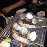 浜焼き酒場波平商店 - エビが赤くなり貝が開いたら食べごろ!