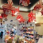 津軽サービスエリア(下り線)スナックコーナー - 併設されている土産物売場。「金魚ねぷた」が飾られています。