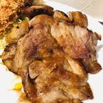 洋食レストラン ロッキー - 生姜焼きのアップ。厚めです。100g近くはありそう