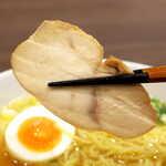 浜鶏 - 精悍な肉質の鶏チャーシュー。味付けも上手で、これ単体でも旨い