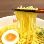 浜鶏 - 麺は中太で、やや縮れのあるタイプ。黄金色のスープによく絡む