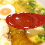 浜鶏 - 油はやや多め、鶏油のコクが強く感じられるスープ