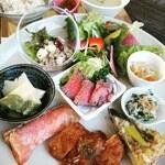 zukekura DELI&CAFE - 津軽のブランド「海峡サーモン」を使ったグリルに自家製ローストビーフ、鶏かつ生姜あんかけ、季節のキッシュなど、手作りにこだわったお野菜たっぷりのランチプレート