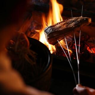 囲炉裏炭火の柔らかな炎でおくつろぎください。